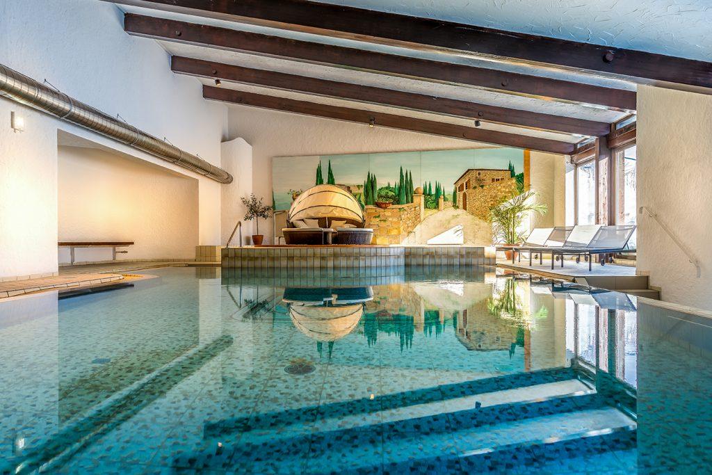 Die Ferienwohnung Allgaeuer Alm - entspannen Sie auf der großen Sonnenterrasse mit eigenem Garten. Relaxen Sie im Hallenschwimmbad oder in der Sauna.